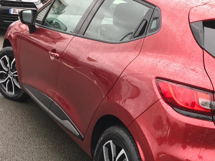 Red Renault Clio Play Tce 2019