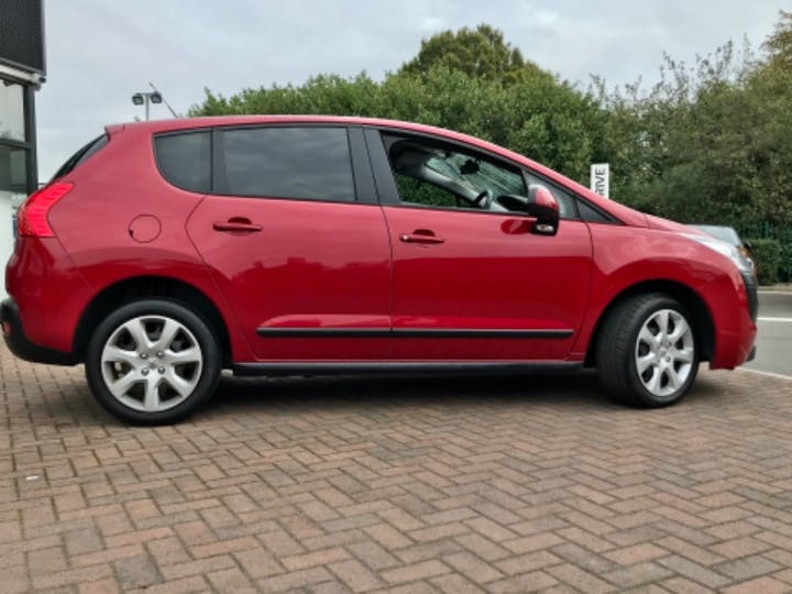 Red Peugeot 3008 Active HDi 2011